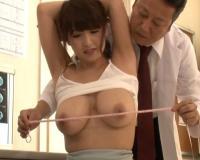 胸囲測りますね…乳首をわざとスリスリして爆乳の患者にセクハラするエロ医者w