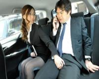 タクシーで移動中の女上司とその部下。取引先へ商談に行く途中で女上司は部下にイタズラを始める
