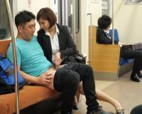 最終電車で男を自ら誘惑して電車内で痴女る淫乱お姉さん 高杉麻里