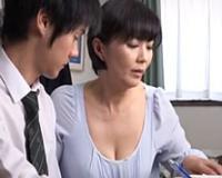 四十路のおばさん家庭教師の胸の谷間が気になって勉強になんないっす! 円城ひとみ