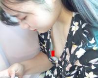 【無修正・盗撮】スマホいじりに夢中で胸元ガバガバなお姉さんの浮きブラ乳首チラを隠し撮り!