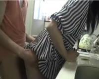 【個人撮影】キッチンにいる奥さんに発射して朝勃ちを処理する夫婦のプライベート動画がこちらwww