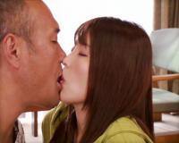 〚人妻〛家族で旅行中に義父を誘惑するド淫乱な若妻「お義父さん…触ってもらってもいいですか…♡」義父の肉棒に我慢出来ずww