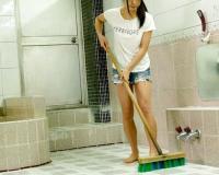 風呂屋で働くスレンダーお姉さんが男湯で客のチンポでお口で奉仕しホテルで即ハメ