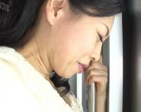【五十路・人妻熟女】(さ、触られてるっ!?)巨乳おっぱいの美人おばさんが痴カンされ無理やり膣内射精SEX!!|吉野かおる