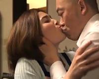 卑猥に絡み合う舌とベロ…接吻だけで腑抜けになる妻…夫が寝ているそばで義兄と激しく接吻セックス!