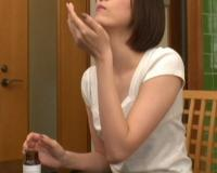 【キメセク】美人妻が通販で買った精力剤!ガンギマリになってB地区舐め逆チカンセックスしちゃいますwww