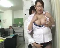 【風間ゆみ】美熟女で淫乱な爆乳女教師が、授業中に廊下で教え子と中出しセックス!若い肉棒に快楽にイキ^_^