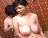 【時越芙美江】垂れ乳ホルスタイン熟女がお風呂でチンポにむしゃぶりつく!息子の硬い肉棒を舐めてしゃぶってパイズリして!