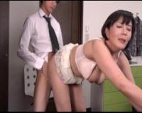 【円城ひとみ】おばさん家庭教師が、教え子の生徒の上にまたがって、濃厚な腰振りパコをしまくっちゃう激エロ騎乗位セックス♪