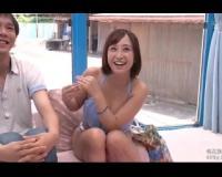 【マジックミラー号】海水浴場でGETのアイドル級に可愛い水着美少女な22才ショップ店員が、童貞くんのオナニーお手伝い!そのまま、挿入懇願でめっちゃエロい騎乗位で暴発発射させちゃった♪