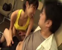 【湊莉久】ショートカット美女が見つめながら手コキしてくれます。