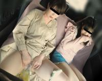 非常事態で袋におしッこするお姉さん。その後隣の娘はおもらし。