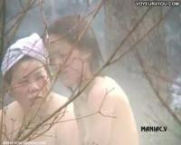 【風呂エッチ】乳首がぷっくりしてる若い娘の露天風呂盗み撮り映像