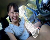 クリッとした目でエクボも可愛いキュートなルックスの女の子が、猥すぎる淫舌とヨダレで根元まで咥える車内フェラで口内射精