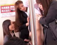 【かすみりさ・小倉もも】電車中で美痴女OL集団に挟まれ狙われたチ〇ポを撫でて勃起させ生肉棒をおま〇こが喰らいついてきた!