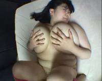 ベッドで体育着姿の爆乳ぽっちゃりお姉さんが下半身裸の状態で突きまくられちゃいますぅ!!!