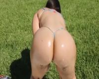芝生の上でオイルまみれのプリケツを見せつける素人ムチムチ女!