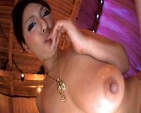 【痴女】 ドスケベボディーの痴熟女がM男をフェラ、手コキ抜き。村上涼子