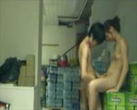 個人撮影 倉庫みたいな場所で人妻らしき女と若い男が全裸でセックスしてるヤバいエロス動画