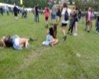 パイパンにパンツ食い込み: 公園の芝生でじゃれる女子のハミマン