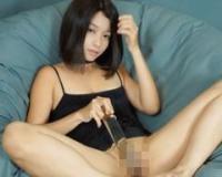 潮吹き:黒髪ショートのアジア女子が凹凸の無いガラス棒で潮吹いちゃう