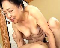 【八十路】80代のお婆ちゃんが衝撃デビュー!杭打ちする老婆の無毛まんこに膣内射精【tube8】