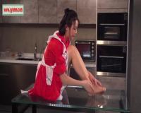 メイド服を着た美女の美脚を堪能できる動画はコチラ